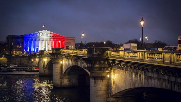 L'Assemblée nationale siège au Palais Bourbon dans le 7ème arrondissement de Paris sur la rive gauche de la Seine.
