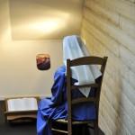 9 juillet 2013 : Communauté des Diaconesses de Reuilly, soeur protestante se recueillant à l'oratoire de la chapelle. Versailles (78), France.  July 9, 2013: Community of the Deaconesses of Reuilly, the religious protestants. Versailles (78), France.