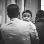 Un père et son enfant lors de la messe dominicale.