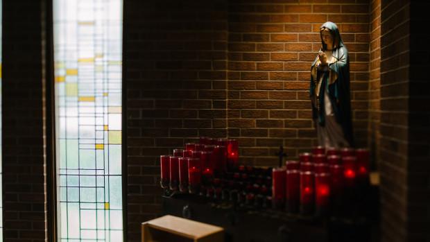 Oratoire et statue de la Vierge Marie.