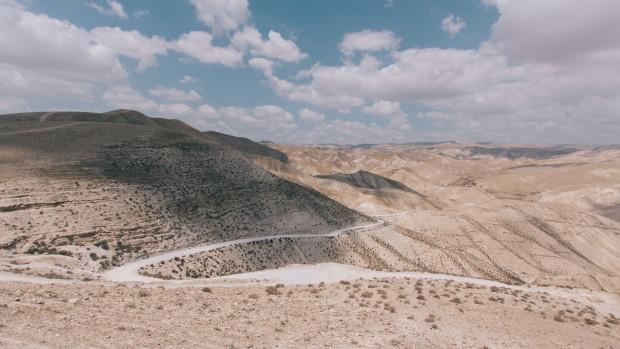 Route en lacets à travers le désert.
