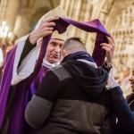 5 mars 2017 : Remise de l'écharpe violette par Mgr Pascal DELANNOY, lors de la célébration de l'Appel décisif des catéchumènes adultes à la cathédrale basilique de Saint-Denis (93), France.