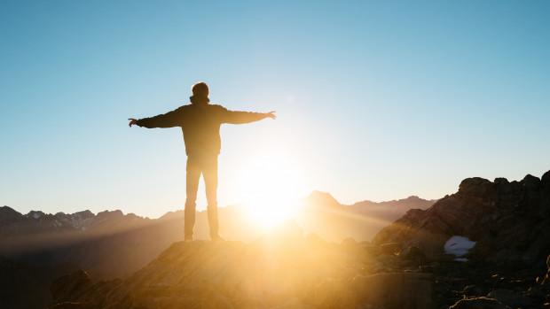 Un homme contemple le lever du soleil.