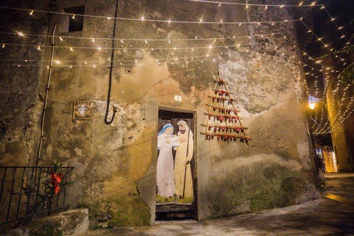 25 décembre 2015 : Représentation de la Sainte Famille et illuminations dans les rues du village de Ramatuelle, Var (83), France. December 25, 2015: The Holy Family and illuminations in the streets of Ramatuelle, France.