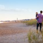 Un père et son enfant au bord de la mer.
