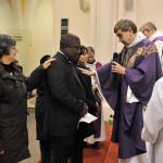 27 novembre 2011: Mgr Pascal DELANNOY, évêque de Saint Denis, signe le coeur d'un catéchumène, égl. Saint Pierre, Bondy (93), France.
