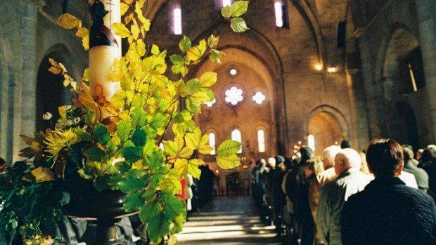 Abbaye de Sylvanes (Aveyron) : célébration de la Toussaint dans l'église de l'abbaye, France.