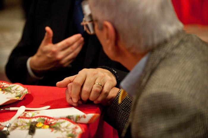25 décembre 2014 : Repas de Noël à la Basilique Sainte-Marie-du-Trastevere organisé par la communauté de Sant'Egidio, à Rome, Italie. December 25, 2014: Christmas dinner offered by the Community of Sant'Egidio to the poor, refugees and elderly in Santa Maria in Trastevere in Rome.