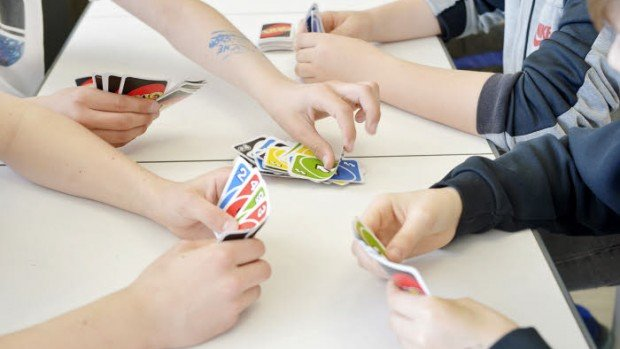 30 mars 2017 : Elèves jouant à un jeu de société, activités proposées aux intercours. Etablissement scolaire. Institution Saint Spire, annexe du collège Saint Spire au Carré Sénart. Corbeil Essonnes (91), France.