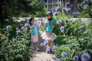 21 juillet 2017 : Enfance illustration. Deux soeurs jouent ensemble dans un square un après-midi d'été. France.