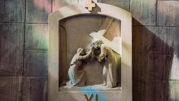 29 juillet 2019 : Chemin de croix dans l'église Notre-Dame du Raincy (Notre-Dame-de-la-Consolation) a été construite en 1922-1923 par les architectes français Auguste et Gustave PERRET. C'est la première église construite en béton armé en France. Classée monument historique, elle est néanmoins en péril et fera partie des bénéficiaires du Loto du Patrimoine. Le Raincy (93), France.