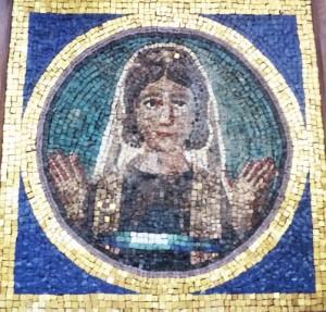 Simplicia Rustica, portrait de défunte en orante, provenant du cimetière de Ciriaca, IIe sc., mosaïque, Mus. Pio cristiano, Vatican, inv 31584,© SB.