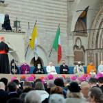 2011 : Mot d'introduction du card. Jean Louis TAURAN, pdt du Conseil pontifical pour le dialogue interreligieux, adressé à de g à d: le Rev. Olav FYKSE TVEIT, Secrétaire général du Conseil Oecuménique des Egl. (COE), S.E. Mgr Norvan ZAKARIAN, primat du diocèse de France de l'Egl. arménienne orthodoxe, Mgr Rowan WILLIAMS, archevêque de Canterbury et primat de l'Egl. anglicane, S.B. Bartholomeos Ier, Patriarche oecuménique de Constantinople, Benoît XVI, le rabbin David ROSEN, directeur international pour les relations interreligieuses de l'American Jewish Committee, le prof. Wande ABIMBOLA, représentant des cultes traditionnels africains, Acharya Shri Shrivatsa GOSWAMI, chef spirituel hindou du templ Sri Radharamana à Vrindavan, Vénérable JA SEUNG, President de l'ordre Jogye (Bouddhisme Coréen), un imam, Journée interreligieuse pour la Paix à Assise, Ombrie, Italie.