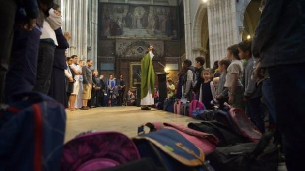28 septembre 2014 : Bénédiction des cartables, lors de la messe de rentrée du catéchisme. Paroisse Saint-Jean Baptiste de Belleville, Paris (75), France.
