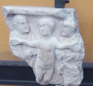 Daniel dans la fosse aux lions priant les bras en croix,dét. sarcophage, Mus. Pio cristiano,© SB.