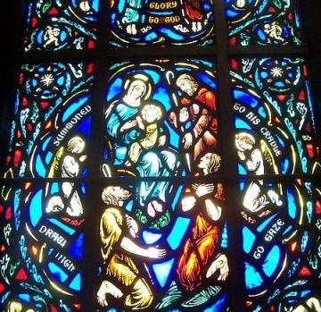 Noël : scène de Nativité sur un vitrail