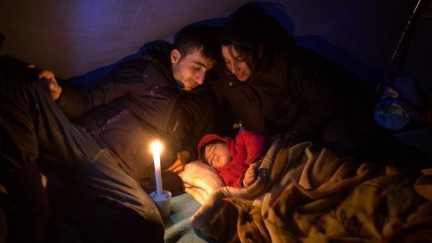 24 décembre 2010: Famille de migrants iraniens -Ibrahim, 23 ans et Shno 22 ans- avec leur bébé de 17 mois le soir de Noël, Camp de Téteghem (59), France.  december 23, 2010: Iranian migrants, Teteghem (59), France.