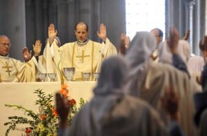 5 juin 2011 : Notre Père lors de la messe présidée par Mgr Renaud de DINECHIN, évêque auxilaire de Paris, à l'occasion du pèlerinage des Routes de Vézelay, en la basilique de la Madeleine, Vézelay (89), France.