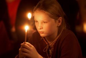 """25 novembre 2000: Enfant lors de la veillée de prière organisée par la Communauté de Taizé, Rencontre oecuménique sur le thème """"Nacht der Lichter"""", Francfort, Allemagne."""