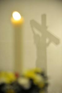 7 avril 2012: Cierge pascal et croix, lors de la Vigile pascale célébrée en l'égl. Saint Rémy de Luneray (76), France.
