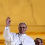 13 mars 2013 : Apparition du pape François, card. Jorge Mario Bergoglio,  archevêque de Buenos Aires, au balcon central de la basilique Saint-Pierre après son élection. Vatican, Rome, Italie.