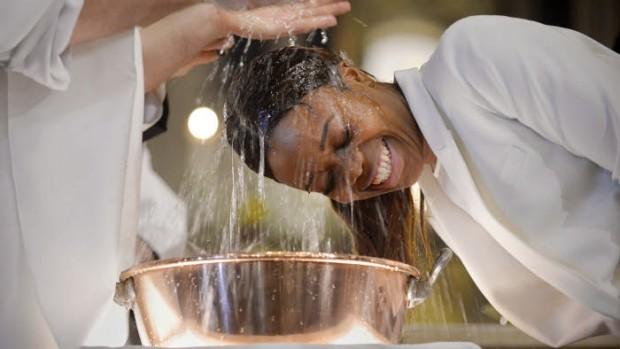 4 avril 2015 : Baptêmes d'adolescents, lors de la Vigile pascale. Paroisse Saint-Ambroise, Paris (75) France.