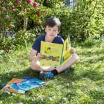 19 avril 2018 : Jeune garçon lisant un livre de catéchèse. France.