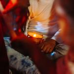 Un enfant portant une bougie allumée lors d'une activité catéchétique.