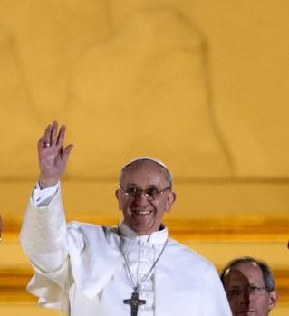 13 mars 2013 : Apparition du pape FRANCOIS, card. Jorge Mario BERGOGLIO, archevêque de Buenos Aires, au balcon central de la basilique Saint-Pierre après son élection. Vatican, Rome, Italie.