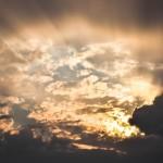 Lumière perçant un ciel nuageux.