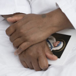 5 septembre 2016 : Une Soeur Missionnaire de la Charité tenant à la main un livret sur lequel figure un portrait de Sainte Mère TERESA, lors de la messe d'action de grâce, célébrée au lendemain de la canonisation de Mère TERESA. Place Saint Pierre au Vatican, Rome, Italie. DIFFUSION PRESSE UNIQUEMENT   EDITORIAL USE ONLY. NOT FOR SALE FOR MARKETING OR ADVERTISING CAMPAIGNS. September 5, 2016: A Sister of Mother Teresa's Missionaries of Charity attends the Thanksgiving Mass following Mother Teresa's canonization. St. Peter's Square at the Vatican.