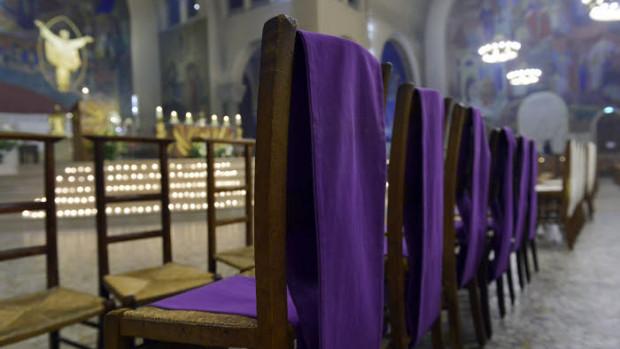 26 mars 2016 : Les écharpes violettes des catéchumènes, lors de la célébration de la Vigile pascale. Paroisse Saint Ferdinand des Ternes, Paris (75), France.