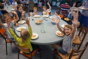 Temps convivial autour d'un repas lors d'un dimanche soir CAP FAMILLE, une initiative de la paroisse Saint Romain du Val d'Allier, dans le diocèse de Clermont-Ferrand.