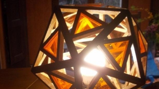Lampe polyèdre. Au n°236 de La joie de l'Évangile, on peut comprendre que le modèle de l'inclusion ne se trouve pas dans une sphère mais dans la figure du polyèdre, qui permet de conserver les particularités de chacun pour le plus grand bien de tous.