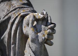 Détail d'une statue : main dans la main.