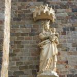 Statue de la Vierge Marie et de Jésus enfant.