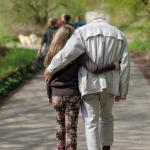Un grand-père accompagné de sa petite-fille lors d'une promenade.