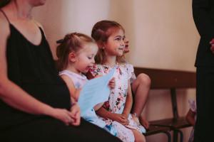 Une famille lors de la messe dominicale.