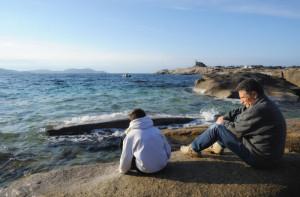 29 décembre 2015 : Un enfant et son grand père regardent la mer. Pointe de Spano, Lumio, Haute Corse, France.