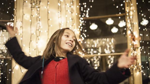 08 décembre 2017 : Enfant et lumière de Noël. France.