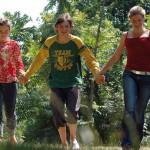 Sortie en forêt pour un groupe de jeunes.