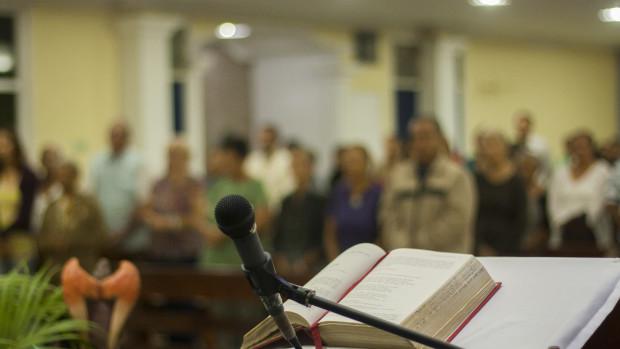 Lectionnaire posé sur l'ambon lors de la célébration eucharistique.
