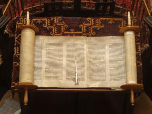 La Torah ouvert et le Yad (pointeur de lecture).