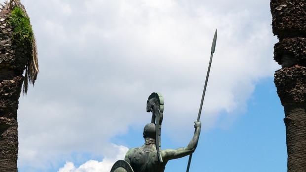 Statue de bronze à l'effigie du héros mythologique Achille, dans les jardins du palais de l'Achilleion, sur l'île grecque de Corfou.