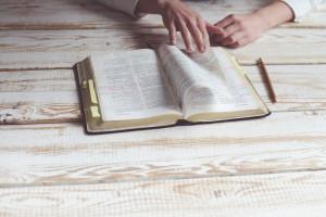 Lire et étudier la Bible pour se nourrir de la Parole de Dieu.