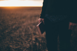 Lire la Bible pour se nourrir de la Parole de Dieu pendant le Carême.