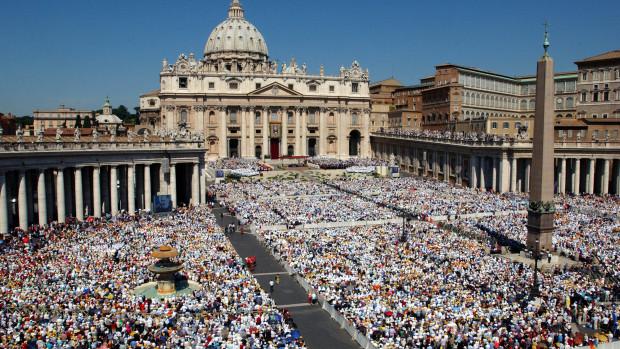 Rome :  Canonisation de Padre Pio (saint Pio de Pietrelcina) par Jean-Paul II devant une foule de 300 000 fidèles massés sur la Place Saint Pierre.