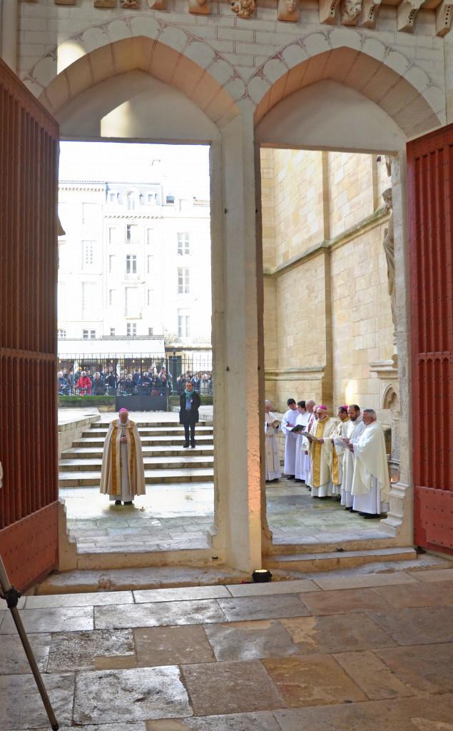 Au début de la messe d'installation épiscopale, après l'ouverture des portes, un dialogue s'instaure entre Mgr Jean-Paul James et le recteur de la Cathédrale.