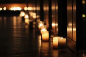 Illumination de l'église lors d'une veillée de prière.