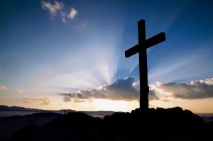 Croix dressée sur les hauteurs d'une montagne.